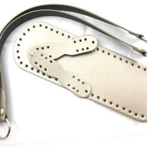 Set borsa contenente un fondo borsa e una coppia manici borsa abbinati. Composizione simil pelle. Misura fondo: 30x10 cm