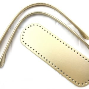 Set borsa che contiene un fondo borsa e una coppia manici borsa abbinati. Il bordo del fondo è forato. Composizione simil pelle.
