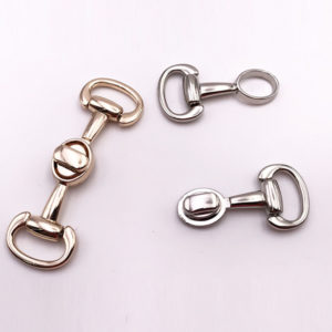 Chiusura L13 6 cm per borse disponibile in due differenti versioni: oro e argento.