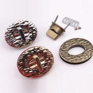 Chiusura L01 4,5 cm per borse disponibile in due differenti versioni: oro e argento.