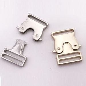 Chiusura L12 4 cm per borse disponibile in due differenti versioni: oro e argento.