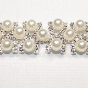 Passamaneria Gioiello argento di altezza 1,5 cm, in strass e perle Articolo venduto al metro. Inserisci la quantità desiderata.