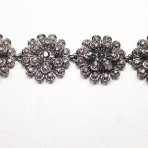 Passamaneria fiore Gioiello argento di altezza 2 cm, in strass Articolo venduto al metro. Inserisci la quantità desiderata.