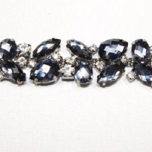 Passamaneria Gioiello argento di altezza 2 cm, in strass neri Articolo venduto al metro. Inserisci la quantità desiderata.