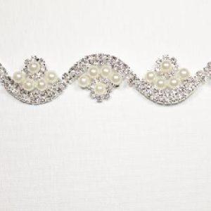 Passamaneria Gioiello argento di altezza 2,4 cm, in strass e perle Articolo venduto al metro. Inserisci la quantità desiderata.