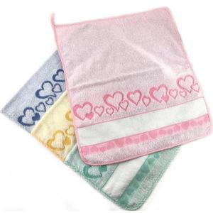 Asciugamano in puro cotone 100%, made in Italy. Misura: 50x40 cm, colori assortiti. Confezione da 6 pezzi. Ideale per ricami punto croce e altri.