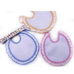Bavaglino merletto tondo in tre colorazioni (celeste, rosa e giallo). Prodotto artigianale di alta qualità 100% cotone. Misura: 22x22 cm