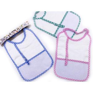 Bavaglino con elastico legaciuccio in tre colorazioni (celeste, rosa e verde) certificate oeko-tex. Prodotto artigianale di alta qualità 100% cotone. Misura: 25x18 cm