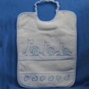 Bavaglini lumaca di alta qualità di manifattura italiana, colori assortiti, con tela aida da ricamare, 55 fori. Tessuto e spugna 100% cotone. Misura: 29,5x22 cm