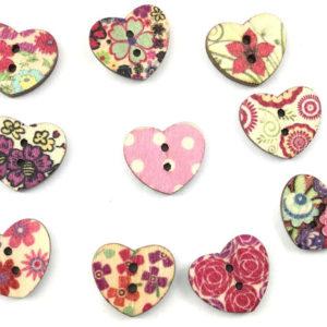 Bottoni legno artigianali di varie forme, distribuiti in cartine da 10 pezzi ciascuna.