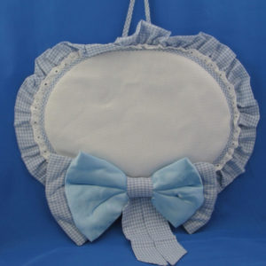Fiocco nascita forma ovale con fascia in aida per ricamo a punto croce. Disponibile in celeste e rosa